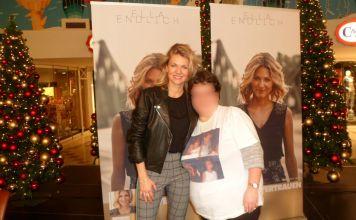 Jana L. (rechts) sammelte aus Leidenschaft Autogramme und traf Stars, hier Sängerin Ella Endlich, immer in vorderster Linie. (Foto: Privat)