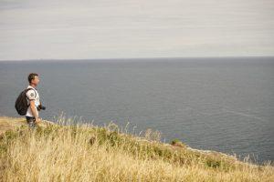 stagiaire sur sentier côtier