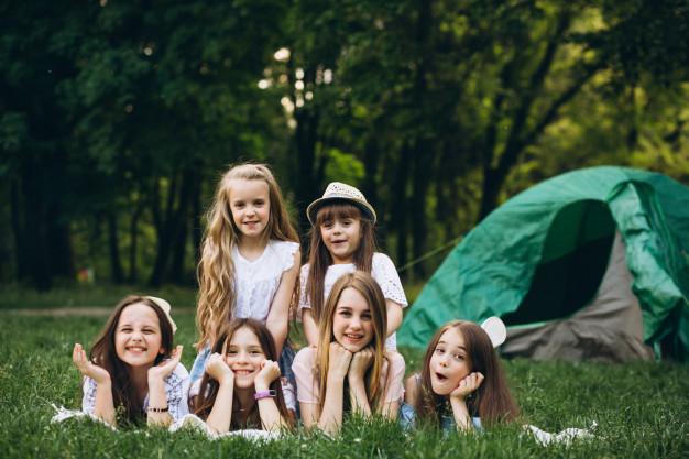Dzieci na trawie przed namiotem