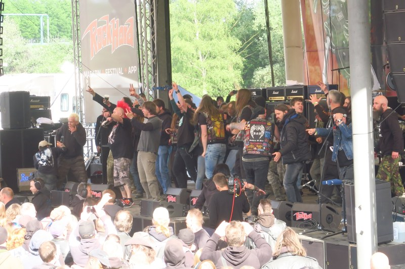 Stage Invasion während The Exploited
