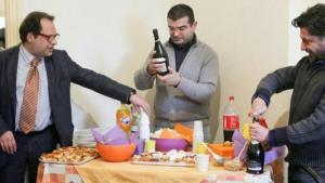 Festa nell alloggio con i padri_resized-kFsD-U111069971999uWF-1024x576@LaStampa.it