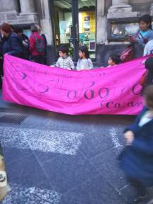 Bambini inconsapevoli utilizzati in manifestazione