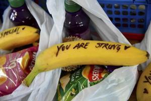 Gb: Meghan scrive messaggi sulla frutta per le prostitute