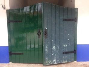 Efter: gångjärnen är svarta och halva dörren har fått ny grön färg.