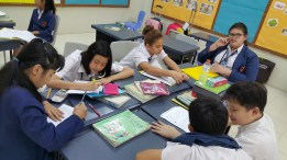 六年级的学生正在做对话练习