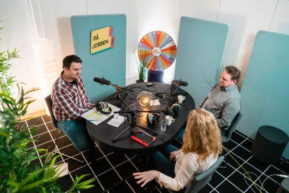 Bilde av Pål Molander, Anniken Hauglie og programleder rundt mikrofonen