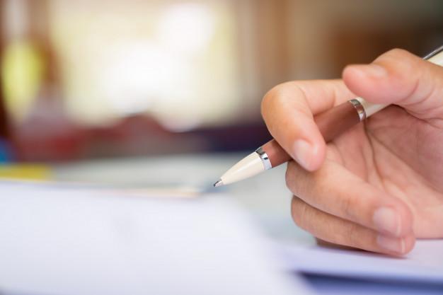 empresario-gerente-segurando-a-caneta-assinar-documentos_4236-1599