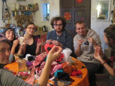iarna lui 2013, in bucataria Irinei, la atelierul de inimioare de lavanda
