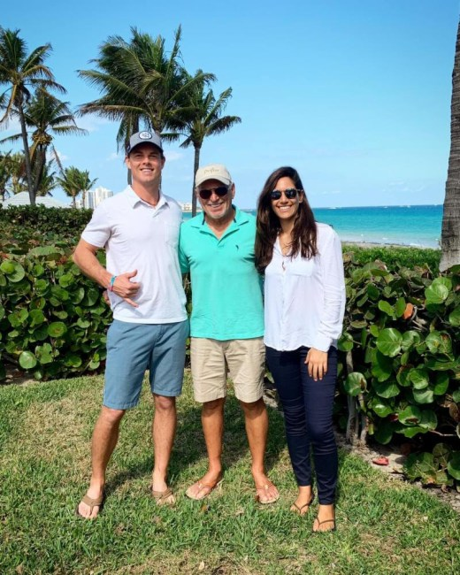 Jimmy Buffet gives 'Fins Up' for Crossing for a Cure