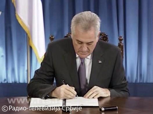 Tomislav-Nikolic-potpisuje-odluku