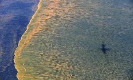 Нафта на површини Мексичког залива у погледу из ваздуха на изливање из Бритиш петролеумове бушотине Дипвотер хорајзон (Deepwater Horizon) недалеко од обале код места Мобајл, Алабама. Фото: Ројтерс
