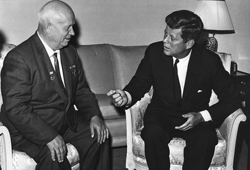 Никита Хрушчов и Џон Ф. Кенеди 1961. године (wikipedia.org/Photograph from the U.S. Department of State in the John F. Kennedy Presidential Library and Museum, Boston)