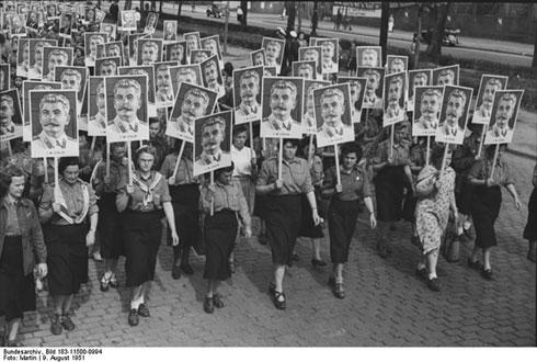 Немачки студенти носе Стаљинове портрете на паради младих,  1951. године (wikimedia.org)