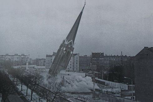Рушење Цркве помирења, 1985. године
