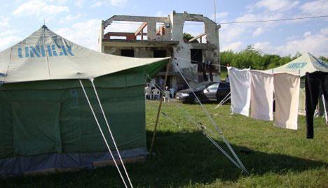 Село Жач у Метохији, разрушене куће и шатори УНХЦР-а за Србе повратнике
