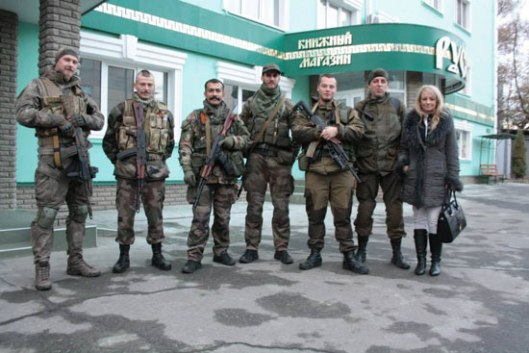 Драгана Трифковић са војницима из јединице Unite Continentale и Русич