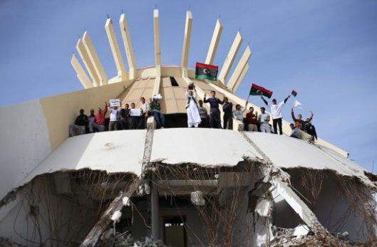 Побуњеници узвикују пароле током митинга против бивших бораца милиције у Триполију, новембар 2013. Ахмед Џадалах /Ројтерс