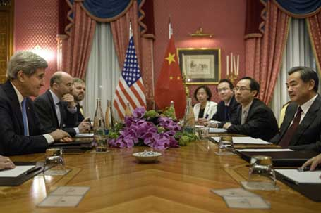 Лозана, 29.03.2015 - амерички државни секретар Џон Кери и кинески шеф дипломатије Ванг Ји током разговора о нуклеарном програму Ирана у Лозани, Швајцарска
