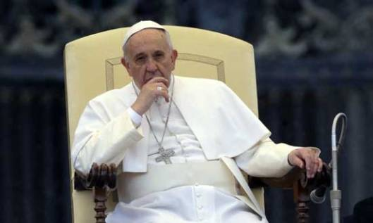 Спреман да клекне: Папа Фрања
