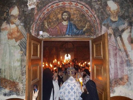 """Благодатни огањ у Сопоћанима. Ако Црква може да буде """"ухваћена"""" на фотографији ово ми изгледа као """"фотографија Цркве"""". Живо Тело Христово. И ватрено. :) Често смо превише млаки"""
