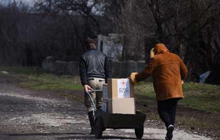 Вухлехирск, 03.04.2015 - дистрибуција хуманитарне помоћи Црвеног крста становништву на истоку Украјине