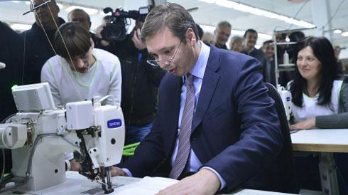"""Премијер Александар Вучић се окушао за шиваћом машином у фабрици """"Џинси"""" коју је данас свечано отворио у Крупњу"""