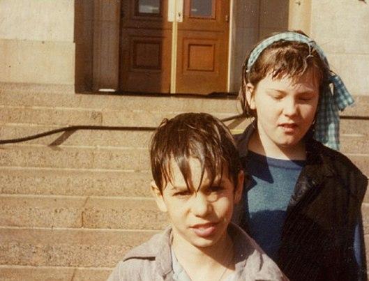 Фрида и другар испред Речног улаза априла 1985. мокри од шмркова којима је прана крв са ове зграде