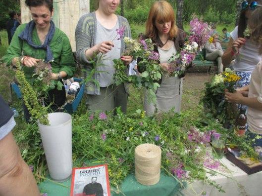 Рускиње плету венце од цвећа