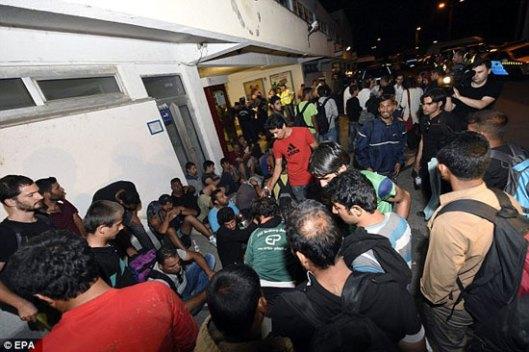 Мигранти на железничкој станици у мађарском месту Бицке