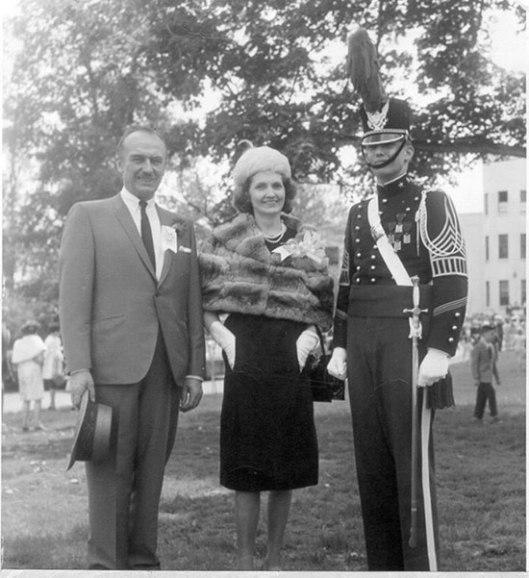 Са родитељима Фредом и Мери. Трамп је дипломирао на Војној академији у Њујорку 1964.