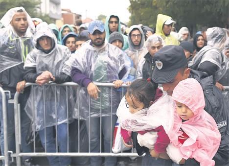 Избеглице чекају на регистрацију у прихватном центру у Прешеву (Фото: АП/Дарко Војиновић)