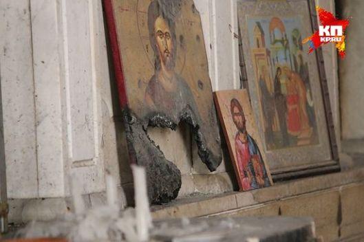 У манастирима иконе, чак и оскрнављене, стоје на поду код изгорелих олтара. (Фото: Александар Коц)