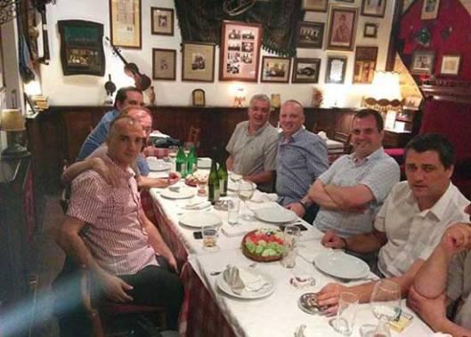 Kafanske pripreme za protest: Vojvoda Andrija Mandić u društvu svog savetnika Dobrosavljevića i nacionalnih aktivista iz Srbije, među kojima su Borko Ilić i Dano Jukić
