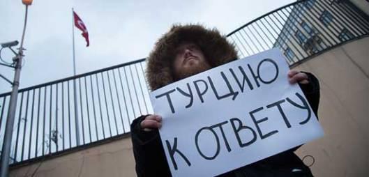 Протест испред турске амбасаде у Москви због обарања Су-24 (ФОТО: АЛЕКСАНДАР ЗЕМЛИАНИЦХЕНКО / АП / ТАС)