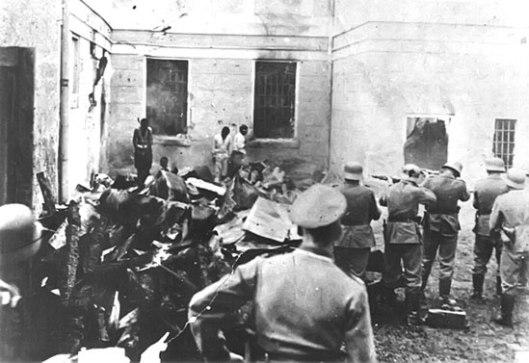 Немачки војници стрељају омладинце у логору Сајмиште (Фото: Википедија)