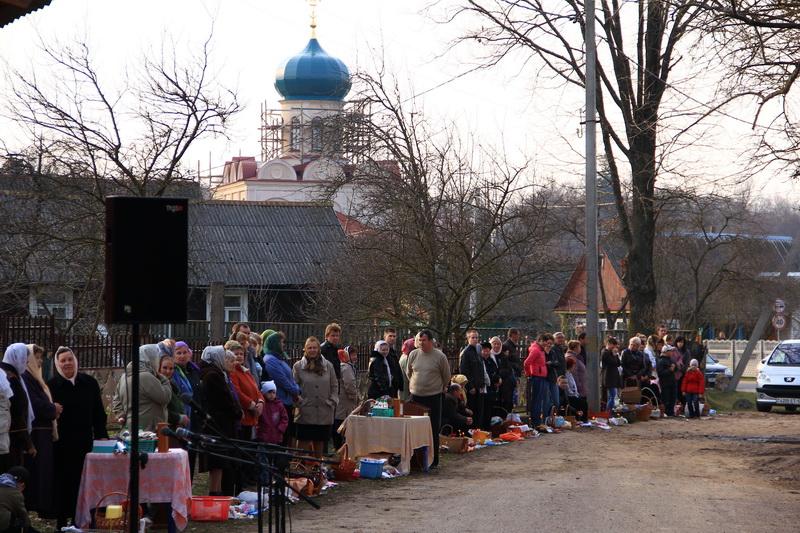 Служба проходила возле временной Свято-Николаевской церкви, недалеко от восстанавливаемого храма... Пасха в Станьково - 2012