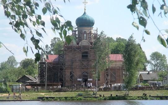 Первая служба в восстанавливаемом храме в Станьково (видео)