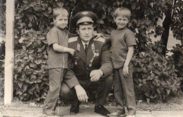 Андрей Сяневич в детстве с отцом и братом