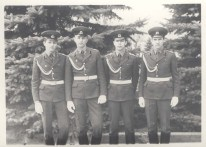 Курсант Эрик Числов (второй справа), г. Саратов, 1985 год