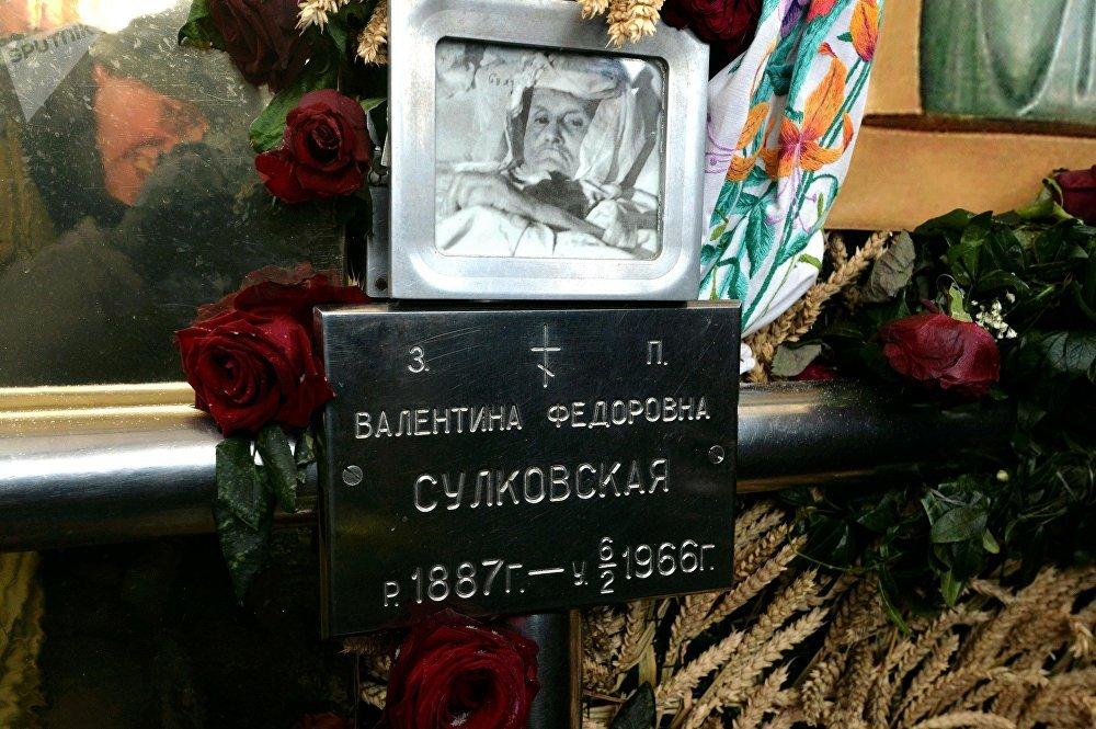 День памяти Валентины Минской: молебен на могиле, мороз и розы