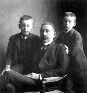 Ежи Гуттен-Чапский (Юрий) (1861-1930) с сыновьями