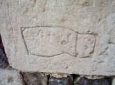 Pilgergraffiti, Dingsbums, davon gab es mehrere an der Fassade der Kirche Saint-Pierre. Eigenes Foto, Lizenz: CC by-SA/ Creative Commons Attribution-Share Alike 3.0 Unported