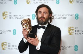 "LONDON, ENGLAND - FEBRUARY 12: Casey Affleck, winner of the Best Actor award for ""Manchester By The Sea"", poses in the winners room at the 70th EE British Academy Film Awards (BAFTA) at Royal Albert Hall on February 12, 2017 in London, England. (Photo by David M. Benett/Dave Benett/Getty Images)"
