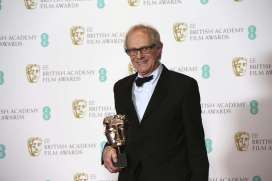 Director Ken Loach holds the BAFTA award for Outstanding British Film for 'I, Daniel Blake' at the British Academy Film Awards in London, Sunday, Feb. 12, 2017. (Photo by Joel Ryan/Invision/AP)/LENT167/17043711474360/022416114412, 21334631,/1702122049