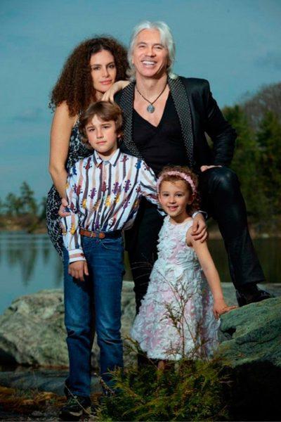Дмитрий Хворостовский с женой Флоренс Илли и детьми