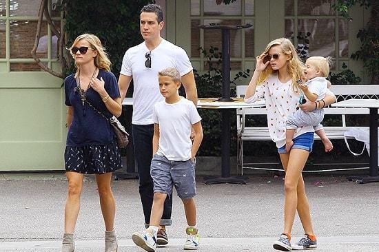 Риз Уизерспун с мужем и детьми. Фото