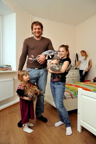 Александр Емельяненко с женой и детьми