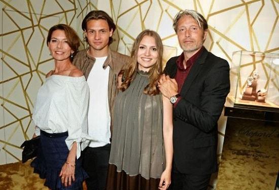 Мадс Миккельсен с женой Ханной и детьми. Фото