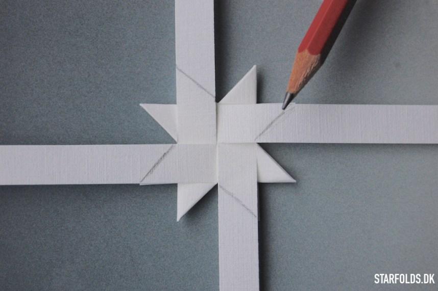 Trin 4 flad julestjerne ud af flettestrimler model 1