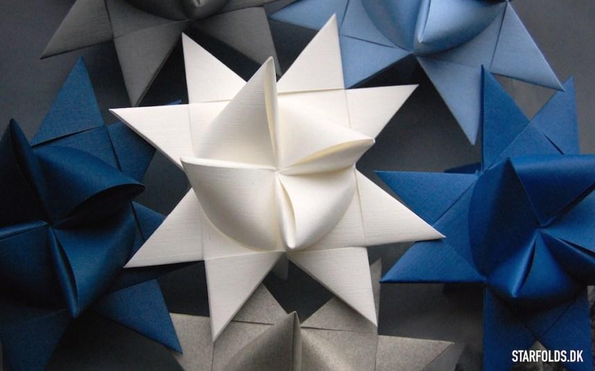 Færdig flettede stjerner af papirstrimler
